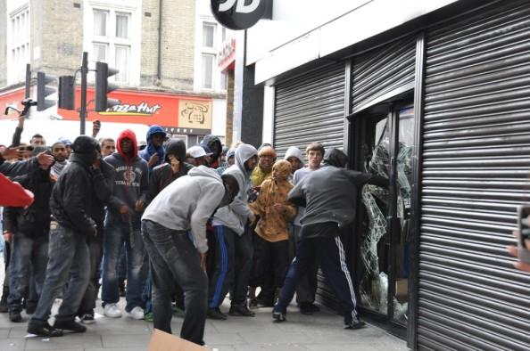 Looting-Rioters-in-London-August-2011