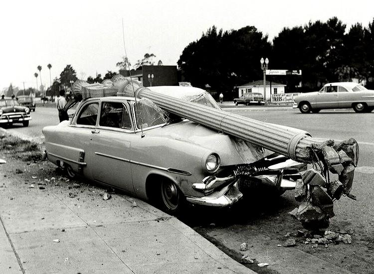 Vehicule - Accident automobile, une voiture de la marque Ford a Los Angeles dans les annees 1950